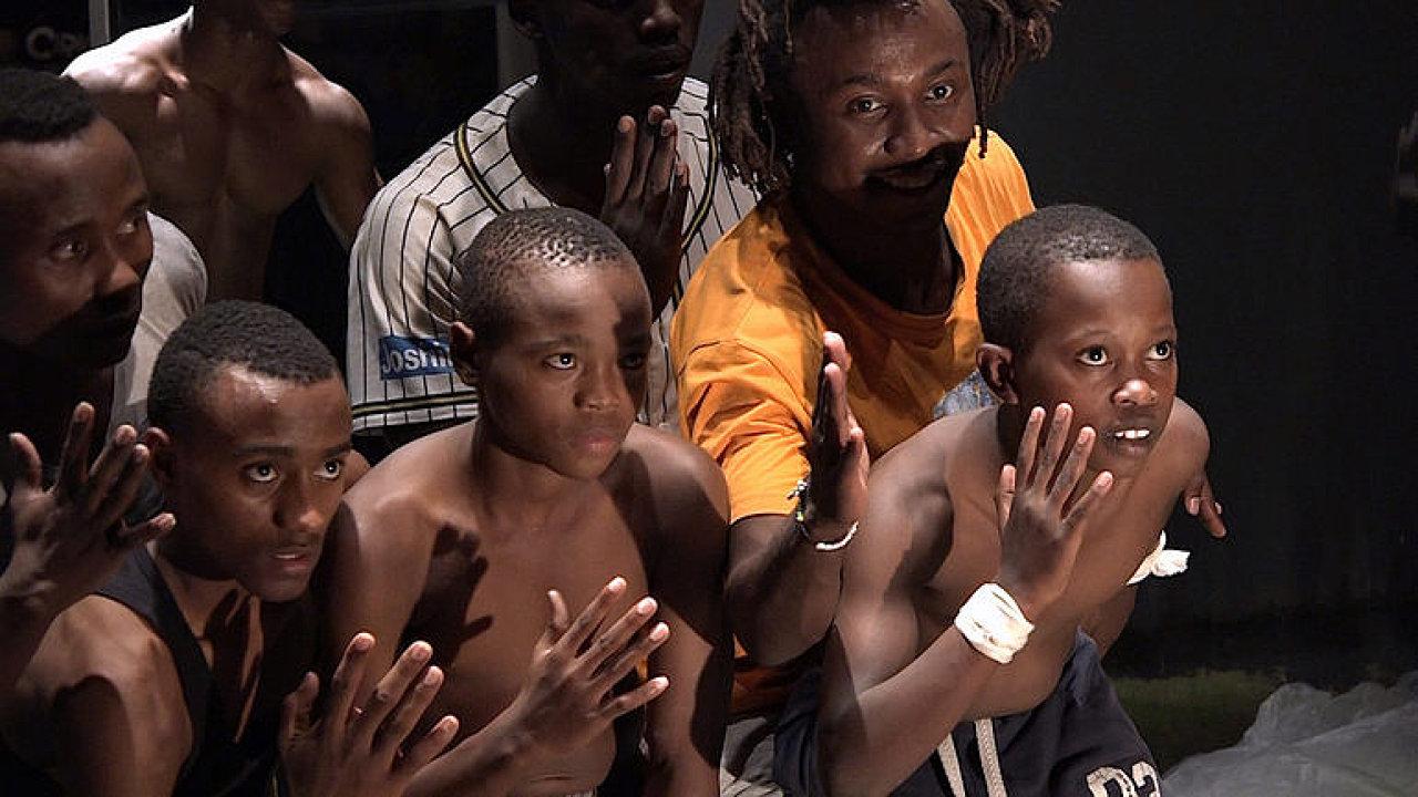 La Putyka představení Hit, Tell the Difference zkouší se skupinou rwandských akrobatů Future Vision Acrobats.