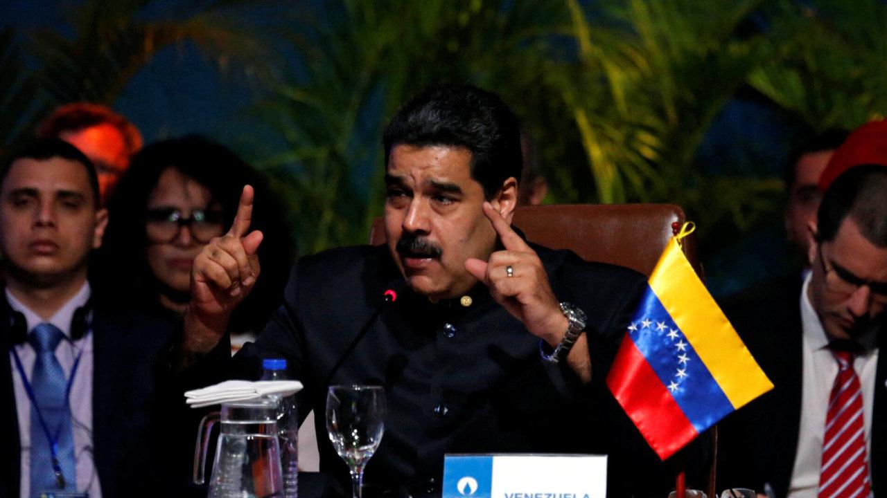 Venezuelský prezident Maduro se pokouší regulací cen zboží zastavit rychlou inflaci v zemi.