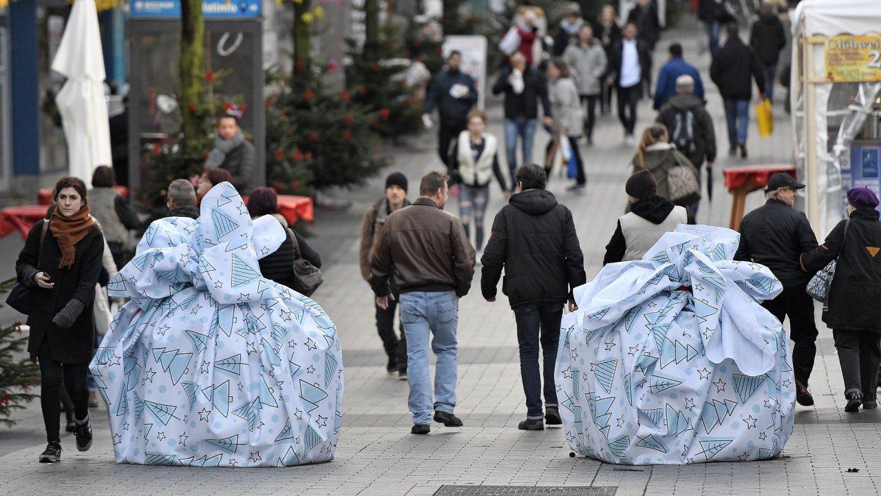 V německém městě Bochum nechali radní zabalit 1,2tunové betonové bloky do podoby velkých dárků.