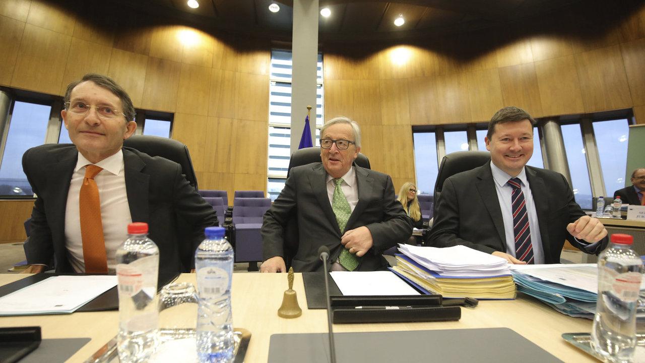 Jean-Claude Juncker (uprostřed) předsedá schůzi Evropské komise ve středu 6.12. 2017.