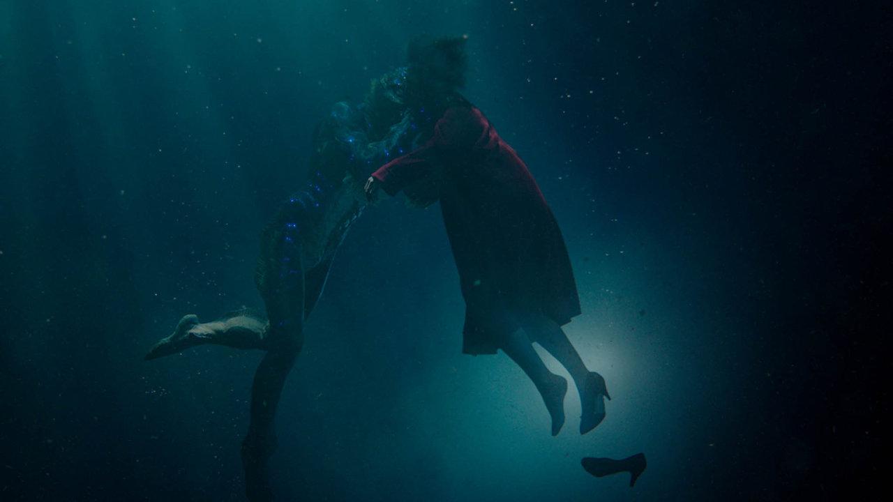 Voda je vefilmu Guillerma del Tora prostředím, kde se mohou odehrát zázraky. Němá uklízečka zde nalezne citlivého netvora, se kterým si rozumí i beze slov.