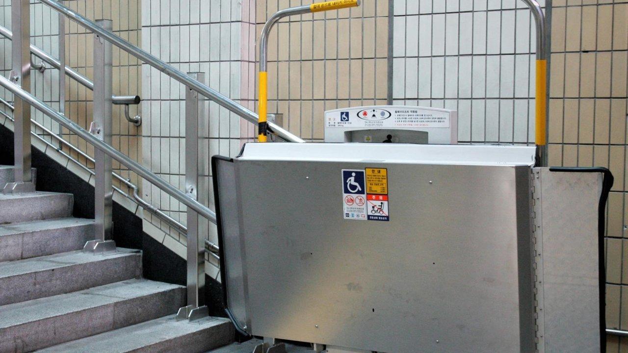 V poslední době se českých elektrotechnikům vydařily dva kontrakty do Německa. Šlo o elektromotory pro výrobky, které v metru vyvážejí podél zábradlí handicapované cestující.