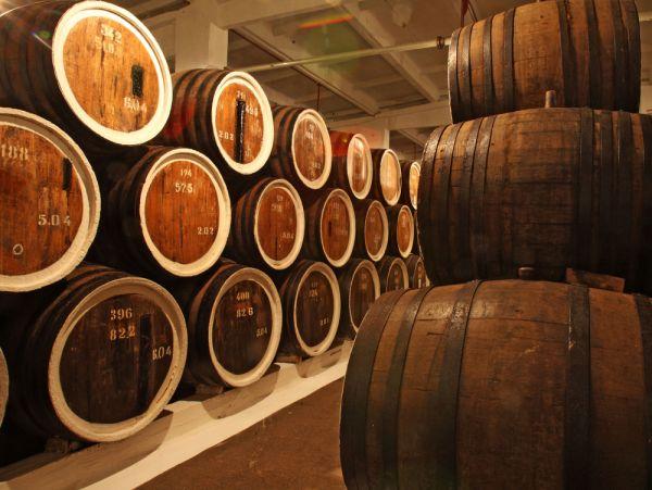 Zatímco jih Francie ukládal víno do džbánů, v Cognacu už kultivovali výrobu sudů. Pálence z hroznů pak daly nový rozměr.