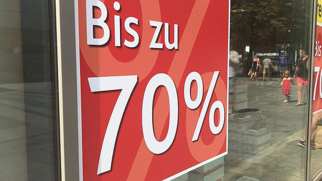 V Německu odstartovaly letní výprodeje. Oblečení je tu ale stejně drahé jako v Česku