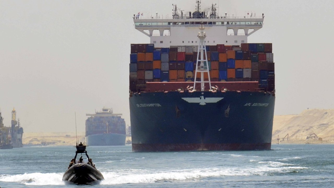 Nákladní loď projíždí novým Suezským kanálem, který se slavnostně otevře 6. srpna.