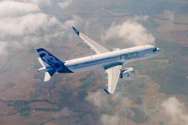 Letový provoz nad Českem roste - meziročně vzorstl o 9 procent, v červenci křižovalo české nebe v průměru 3150 letadel denně.
