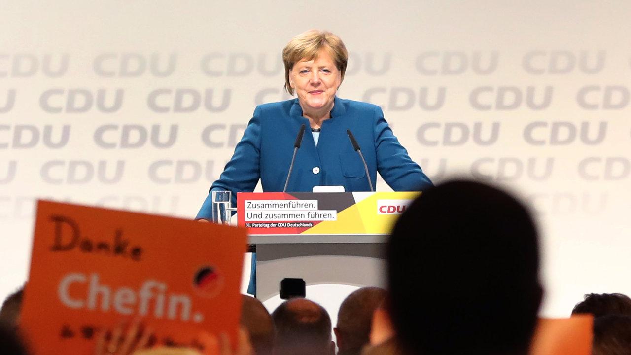 Poslední projev Angely Merkel na pozici předsedkyně CDU si vysloužil několikaminutový potlesk, delegáti se s ní loučili cedulemi s nápisy