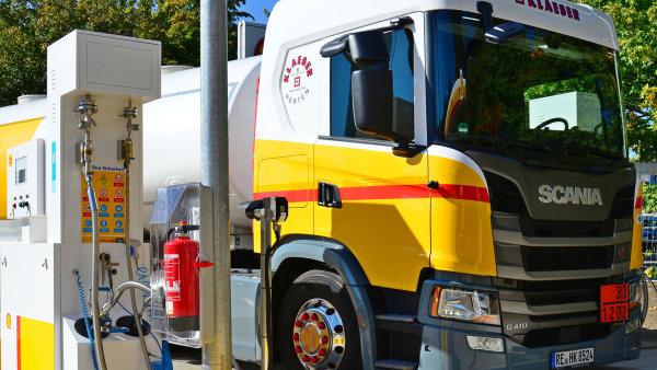 Nákladní vozidlo čerpá zkapalněný zemní plyn LNG.