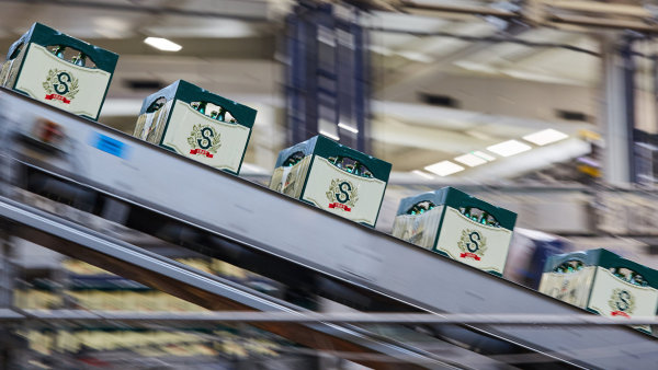Staropramen vynaloží sto milionů korun na výměnu 950 tisíc kusů přepravek pro tradiční skleněné lahve za nové.