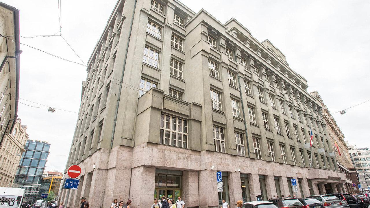 Centrum je drahé. Nájem Škodova paláce vcentru města se pražskému magistrátu prodraží, proto hledá úředníkům nové pracoviště.