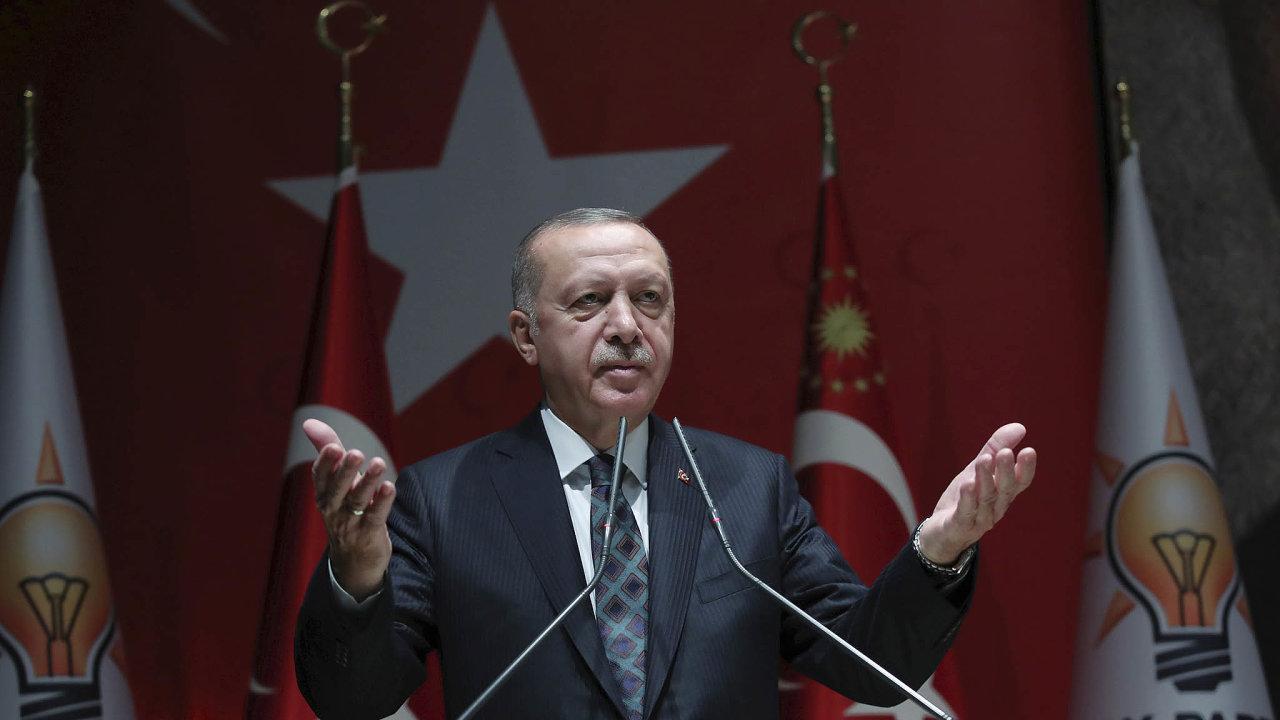 Turecký prezident Recep Tayyip Erdogan při projevu na sjezdu své Strany spravedlnosti arozvoje (AKP)
