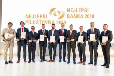 Zástupci oceněných bank a pojišťoven po vyhlášení výsledků výzkumu Nejlepší banka a Nejlepší pojišťovna, které se uskutečnilo v pražské centrále České národní banky.