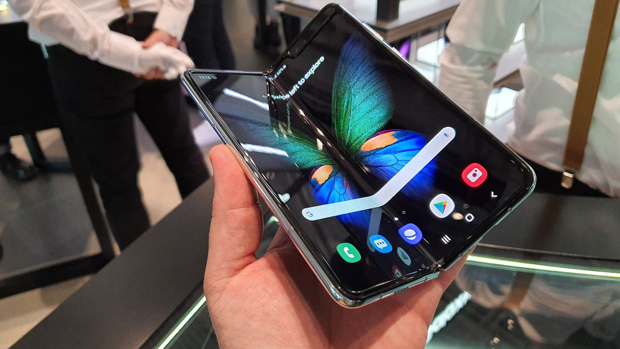 Samsung představil nový telefon Galaxy A90 5G, jenž se má prodávat asi za20 tisíc korun. To je přibližně otřetinu méně než Galaxy S10 5G. Korejský výrobce ukázal i svůj rozkládací Galaxy Fold.