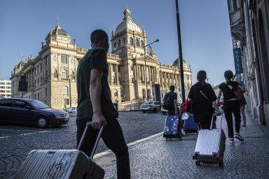 Z turistického boomu v Praze těží i lidé, kteří pronajímají své byty přes platformu Airbnb. Živelný růst tohoto podnikání se ale hlavnímu městu nelíbí (ilustrační snímek).