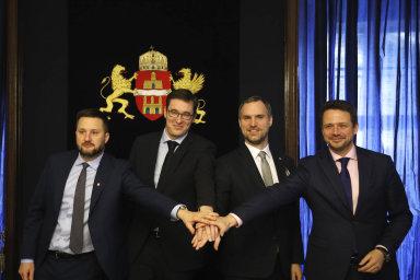"""Rafal Trzaskowski (vlevo) coby primátor Varšavy uzavřel s šéfy dalších hlavních měst V4 koncem loňského roku """"opoziční"""" visegrádskou dohodu"""
