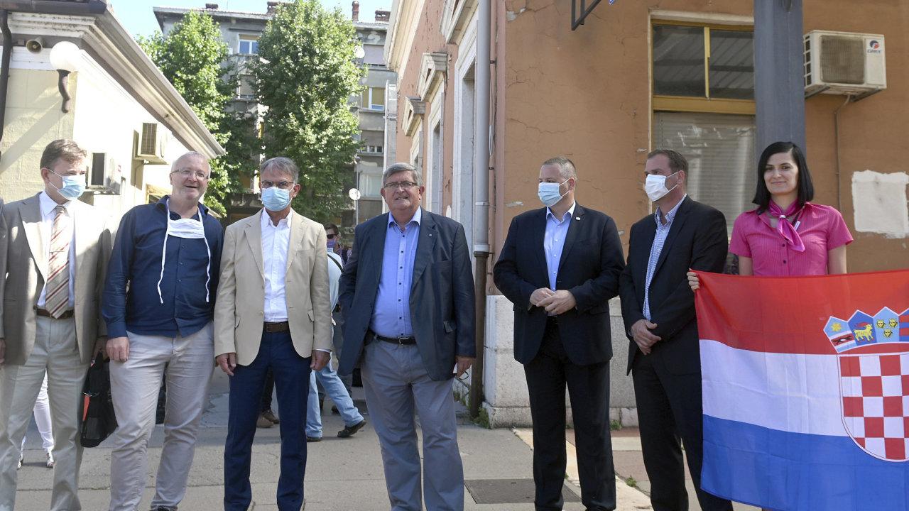 Vítací delegace v Rijece. Kromě ministra turistiky Gariho Capelliho byl přítomný i starosta města Vojko Obersnel nebo majitel společnosti RegioJet Radim Jančura.