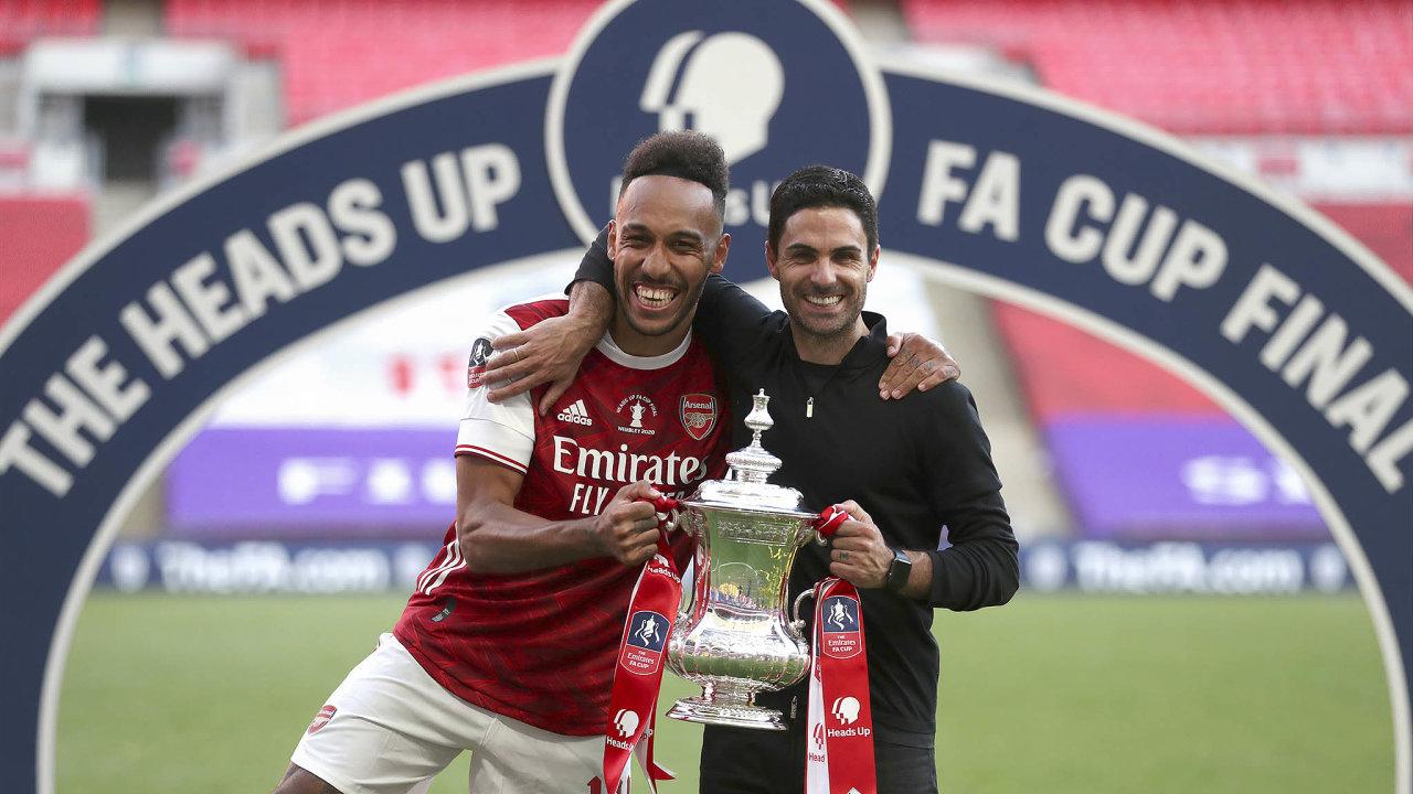 Vítězové. Střelec obou branek Arsenalu vpohárovém finále Pierre-Emerick Aubameyang akouč Mikel Arteta se radují strofejí pro vítěze FA Cupu.