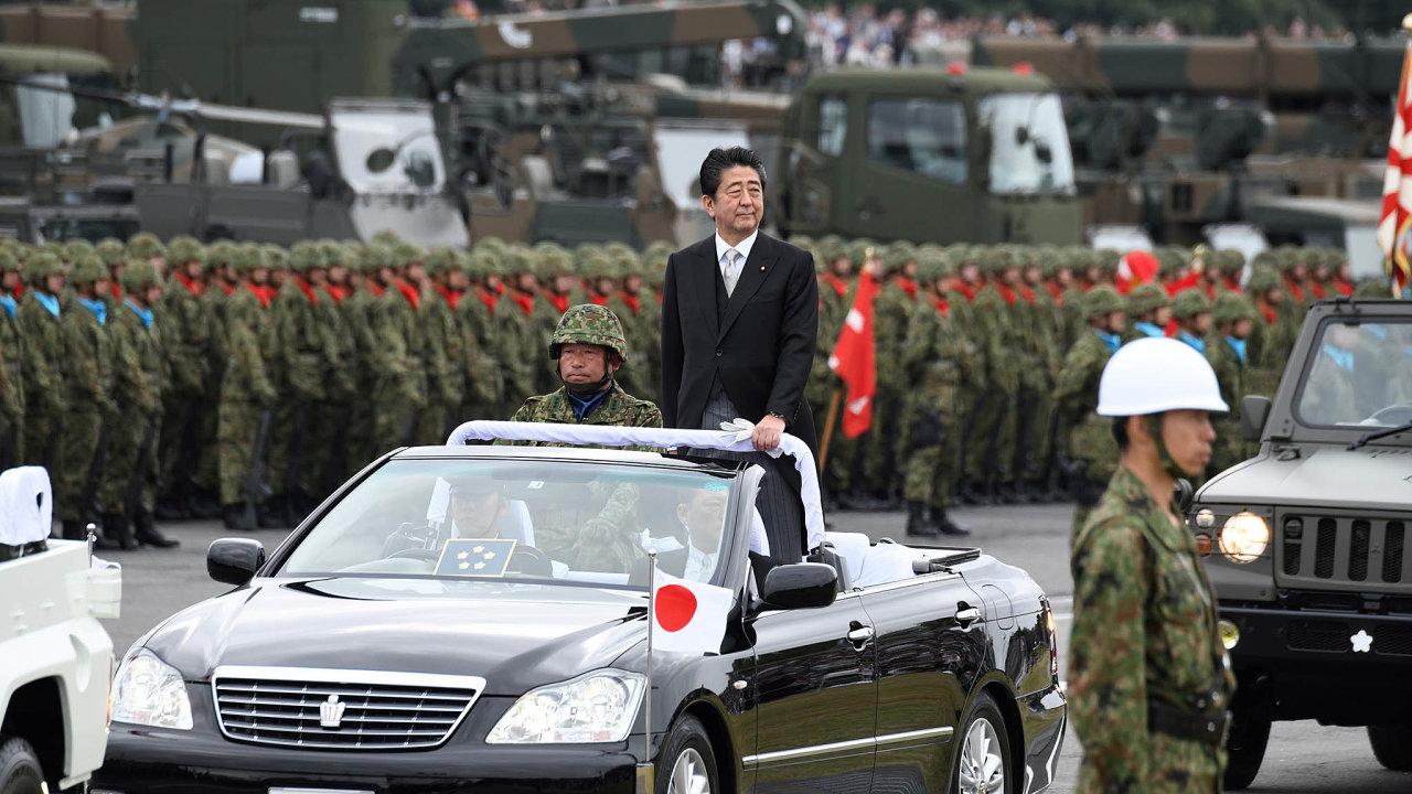 Návrat karmádě: Šinzó Abe zastával názor, že by japonská ústava měla oficiálně uznat existenci armády.