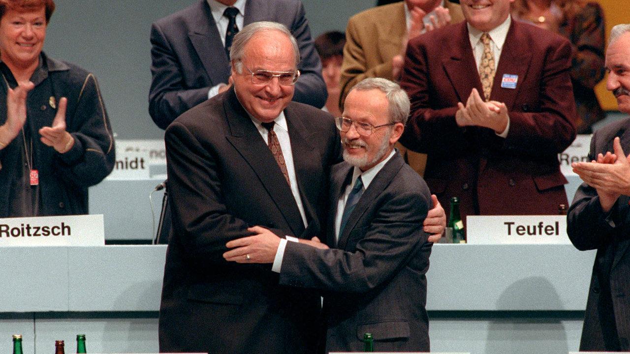Před třiceti lety. Západoněmecký kancléř Helmut Kohl aposlední předseda vlády NDR Lothar de Maiziere reagují narozhodnutí osjednocení Německa.