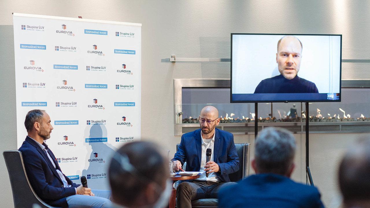 Fórum HN.Zúčastnili se ho kromě šéfredaktora HN Martina Jašminského také Patrik Reichl zCzechInvestu (vlevo) anadálku iRadek Špicar zeSvazu průmysluadopravy.