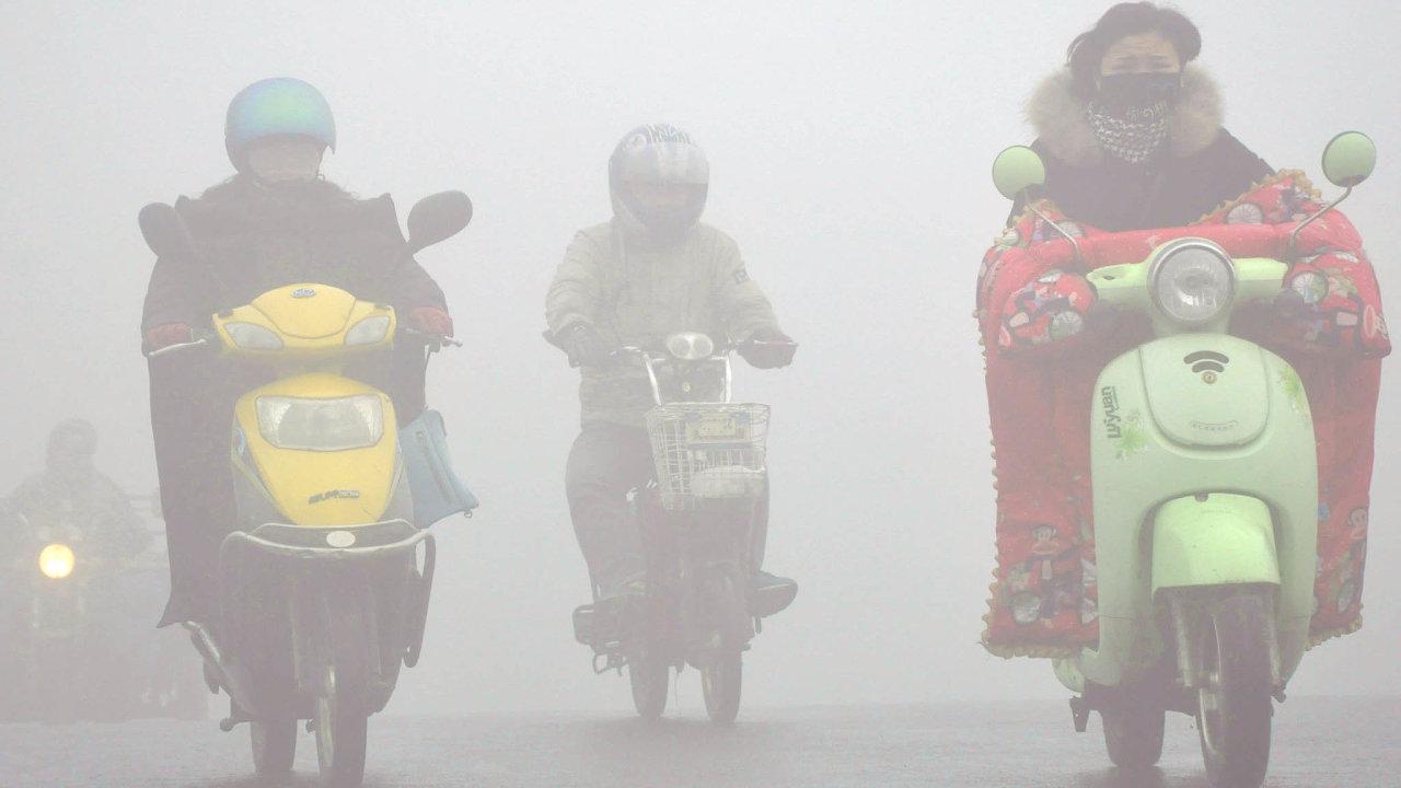 Proti varováním klimatologů stojí námitky čínské průmyslové lobby, která obhajuje nezbytnost produkce energie zuhelných elektráren.