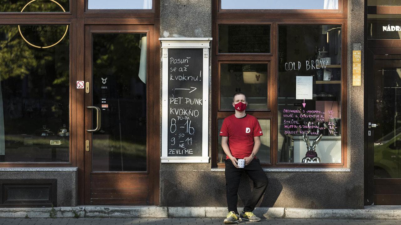 """""""Až během září se nám sjistými výkyvy podařilo dostat natržby, které jsme měli před březnem. To už zase začínalo dávat smysl podnikat,"""" říká majitel ostravské kavárny Pet Punk Petr Polák."""