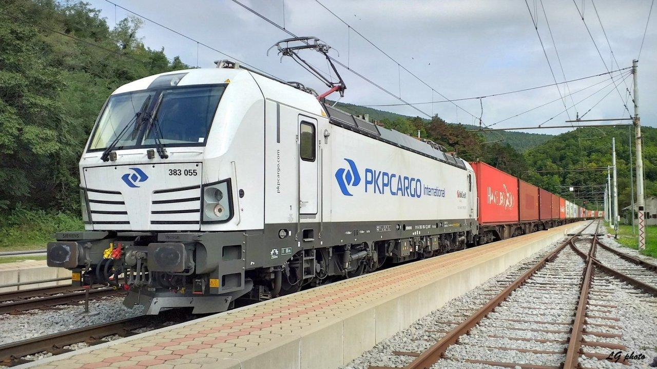 Lokomotiva Vectron v barvách PKP Cargo International.