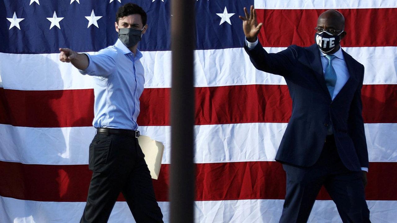 Zvítězili jsme. Demokraté Jon Ossoff (vlevo) aRaphael Warnock směřují kjednoznačnému vítězství– atím ivstupu doamerického Senátu.