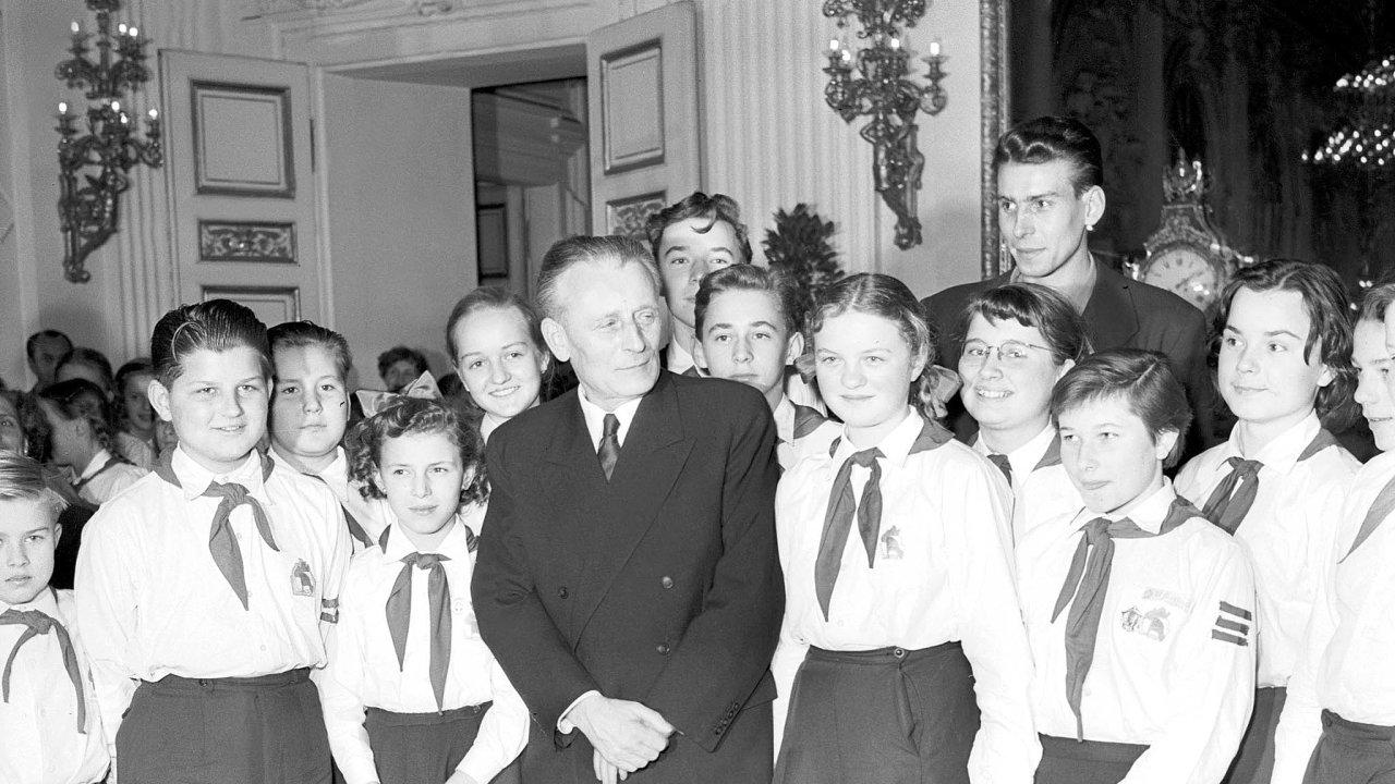 Pionýři zaberou vždycky. Přítomnost dětí vpionýrských krojích slušela každé slavnostní akci komunistických prezidentů. Antonín Novotný se mezi nimi vyjímal dobře.