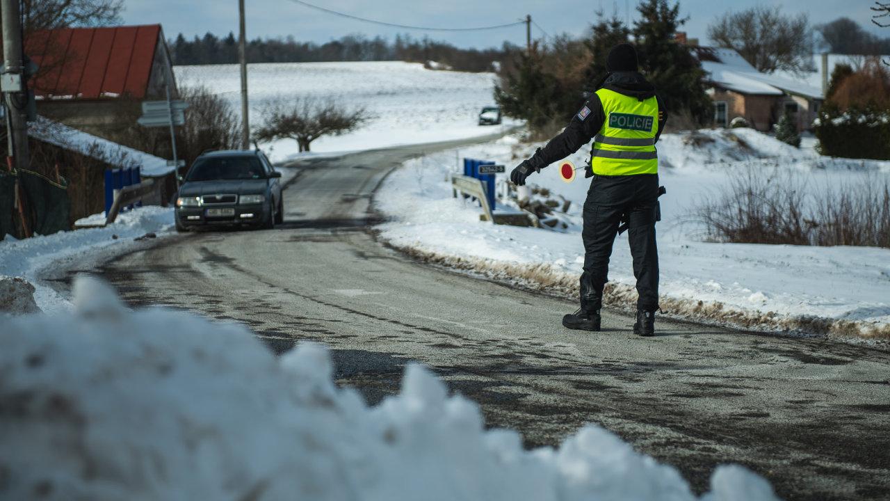 Policisté mají hlídky i na cestě mezi vesnicemi Vestec v náchodském okrese a Litíč, která už leží na Trutnovsku, zkontrolují tak deset aut za hodinu.