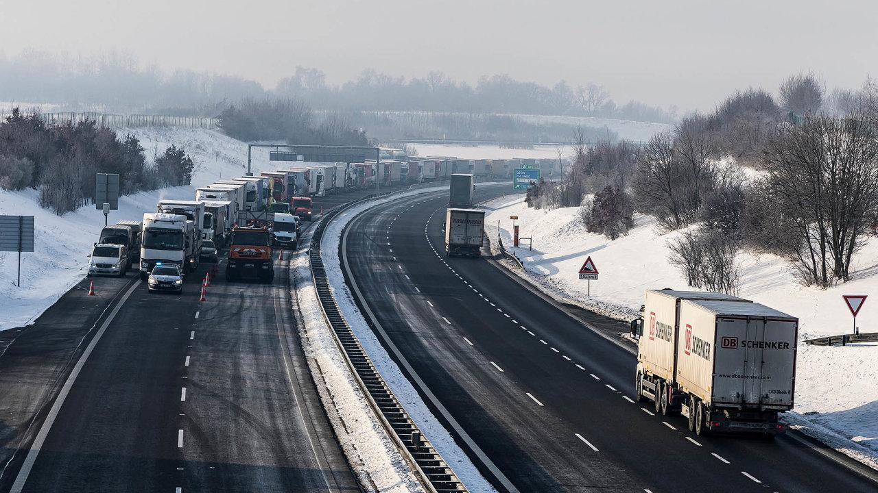 Na hranicích s Německem se od pondělí tvoří dlouhé fronty kamionů.