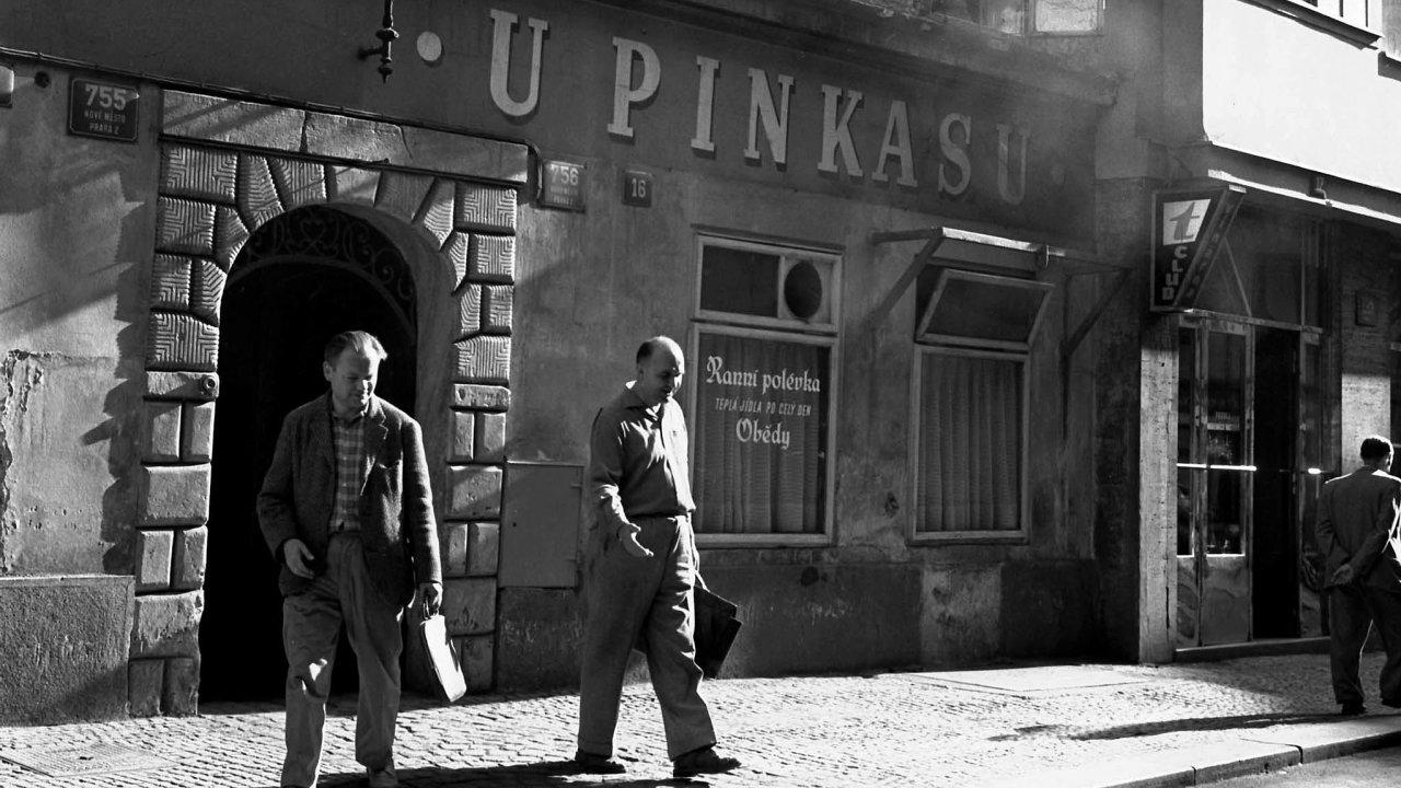 Tradice, která přitahuje. Půvab českých hospod učaroval nejednomu cizinci. Za minulého režimu se o to staraly nejen tradiční nápisy na zdech, ale i jistá autentická ošuntělost.