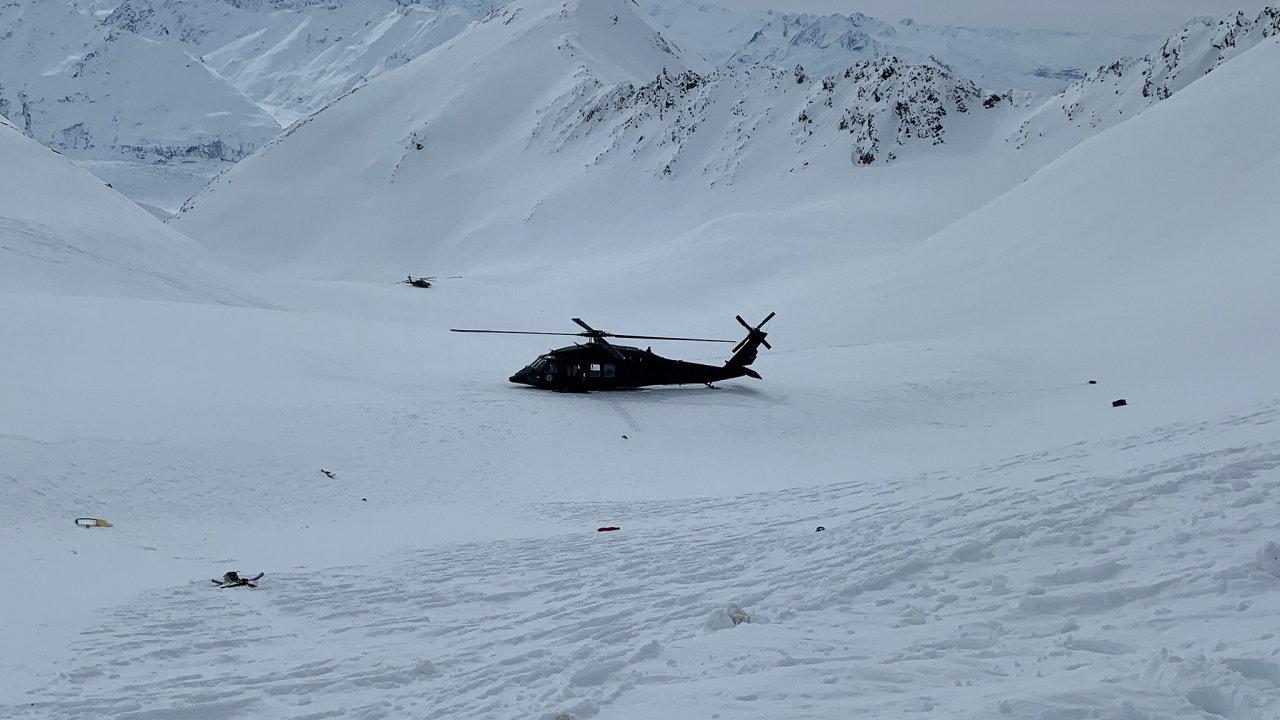 Vrak havarované helikoptéry Airbus AS350B3 byl převezen do Anchorage, kde ho zkoumá dvanáctičlenný tým vyšetřovatelů.