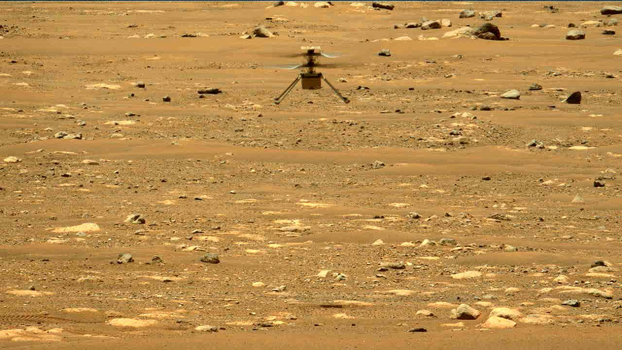 Malý vrtulník Ingenuity na Marsu během svého druhého letu.