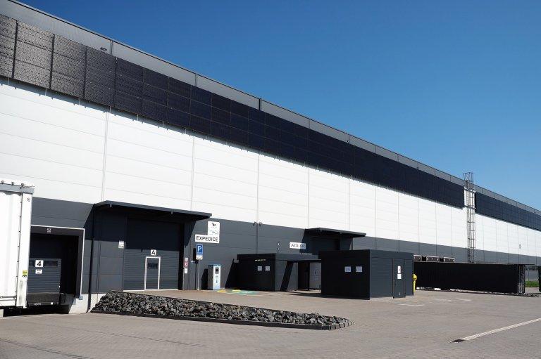 Solární panely umístila společnost Malfini na střechu svého skladu vOstravě i na jeho plášť.