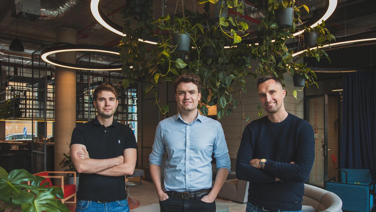 Zakladatelé Advanta Jan Kölbl (vlevo) a Martin Fortelný (uprostřed) s Michalem Menšíkem z V-Sharp Ventures.