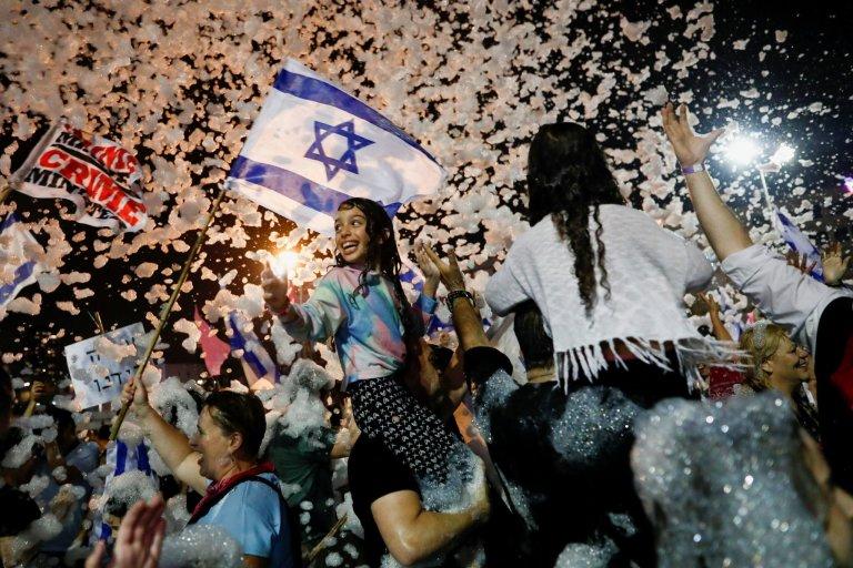 Izraelci oslavují novou vládu.