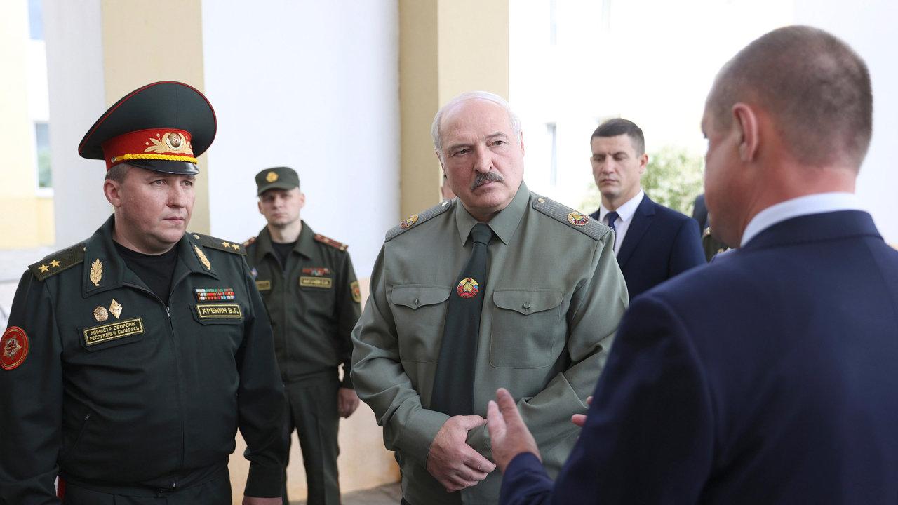 Unijní sankce dopadly i na běloruského ministra obrany Viktora Chrenina (vlevo), spojence prezidenta Alexandra Lukašenka.