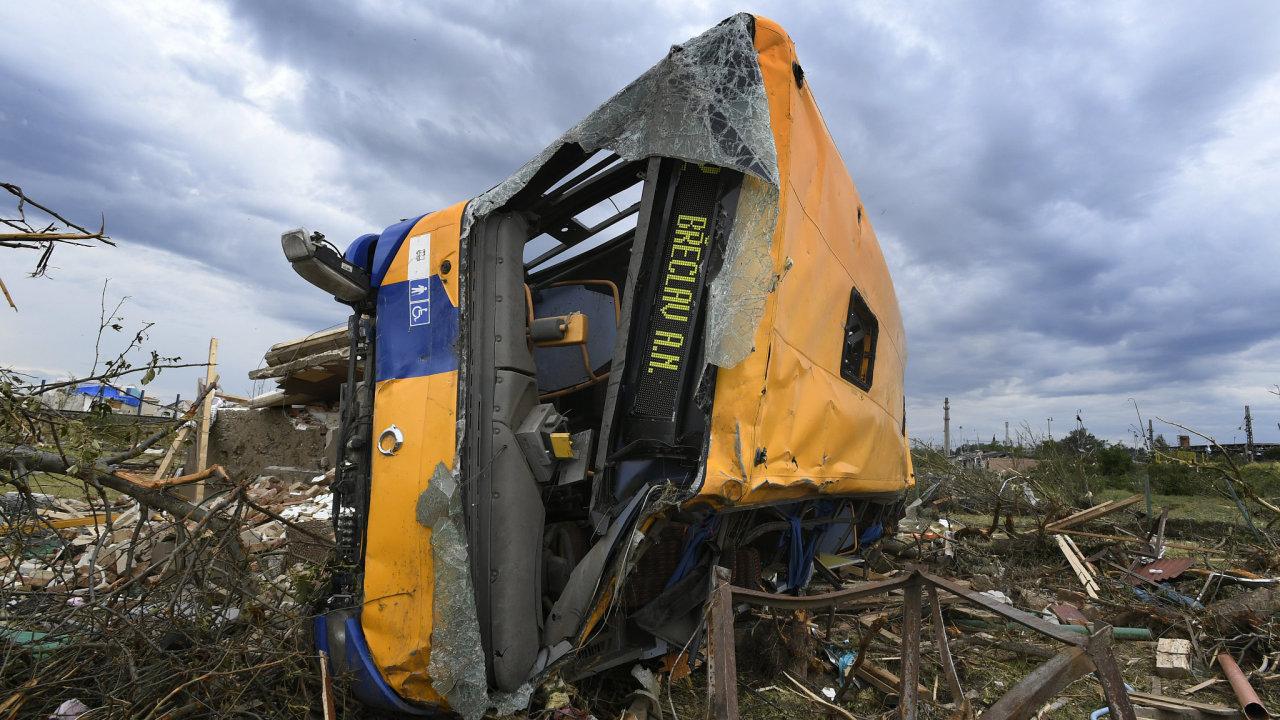 Převrácený autobus za obcí Lužice na Hodonínsku 26. června 2021 po čtvrteční silné bouři, krupobití a tornádu.