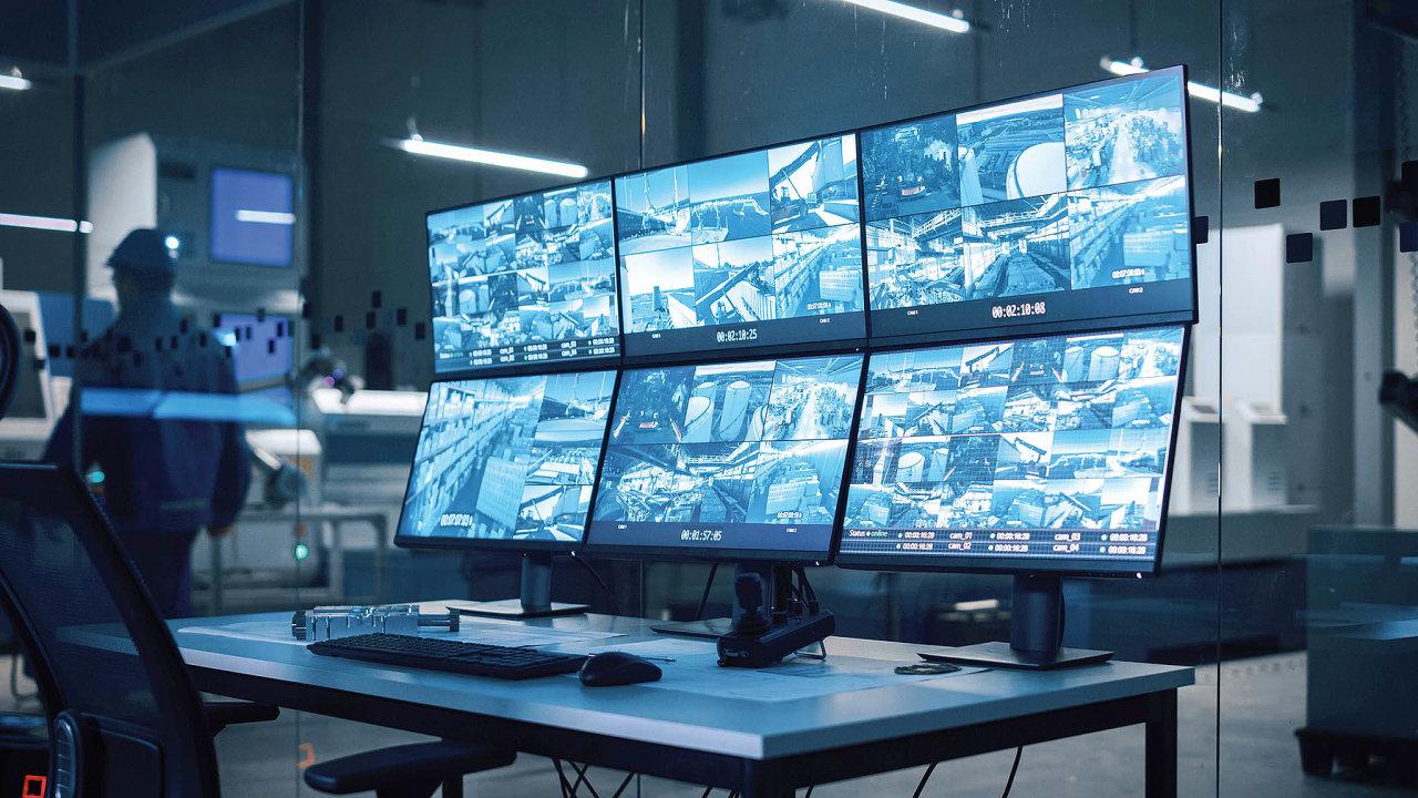 Typickým příkladem využití edge computingu je rozpoznávání osob s využitím umělé inteligence. Nezajímají nás hodiny kamerového záznamu, ale jen fotografie osob vstupujících například do skladu a to, zda mají oprávnění ke vstupu.