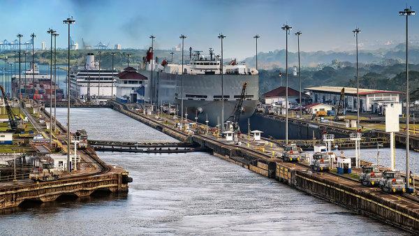 Atlantsk� a Tich� oce�n zat�m spojuje jen Panamsk� pr�plav