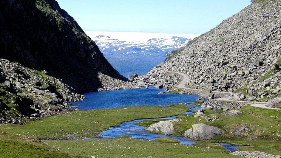 Část náhorní plošiny Hardangervidda se dá absolvovat po křivolaké silničce