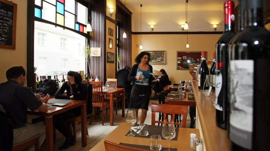 Prostředí Osteria Da Clara je trochu jídelnovité, přesto večer potřebujete rezervaci