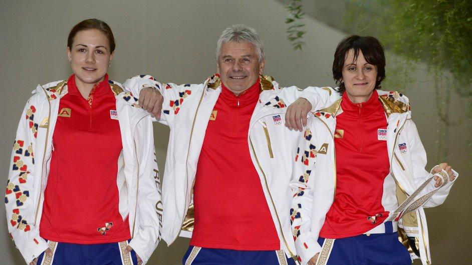 Karolína Erbanová (vlevo) a Martina Sáblíková si převzaly olympijskou výstroj spolu s trenérem Petrem Novákem.