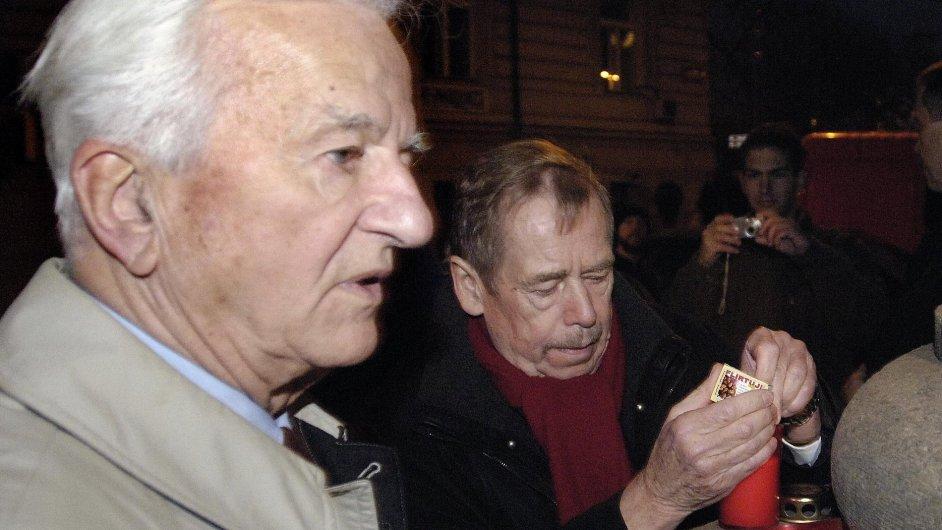 Otec zavražděného lékaře Richard von Weizsäcker zapálil 17. listopadu 2005 s Václavem Havlem symbolickou svíčku u Petschkova paláce v Praze.