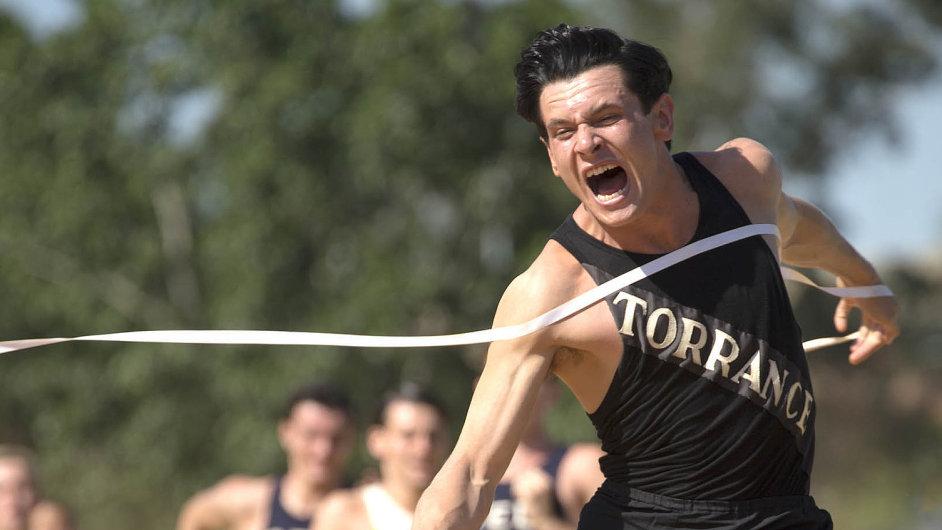 Americký olympionik a následně válečný zajatec v Japonsku Louis Zamperini (Jack O'Connell) v životě nevzdal žádný závod.