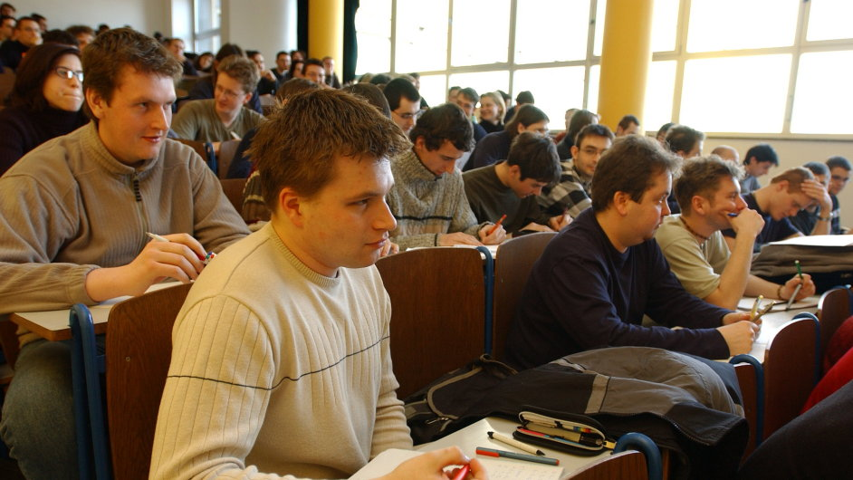 Soukromý sektor trápí populačně slabé ročníky z počátku 90. let, které právě míří na vysoké školy.
