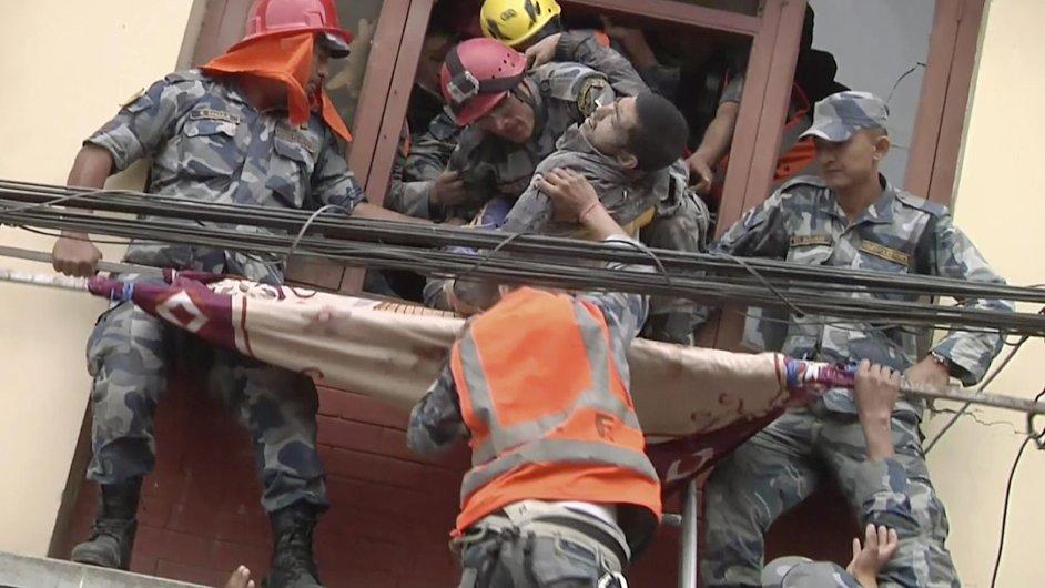 Záchranáři vytahují muže z trosek budovy v nepálském Káthmándú.