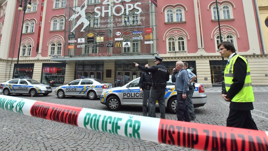 Policie ve čtvrtek odpoledne evakuovala obchodní centra Palladium a Černý most v Praze.