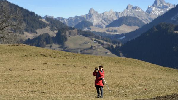 Turistka na prosincov� t��e ve �v�carsk�ch Alp�ch.